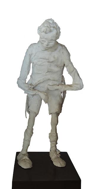 escultura al yeso de Francesc Anglès chico a pie meando