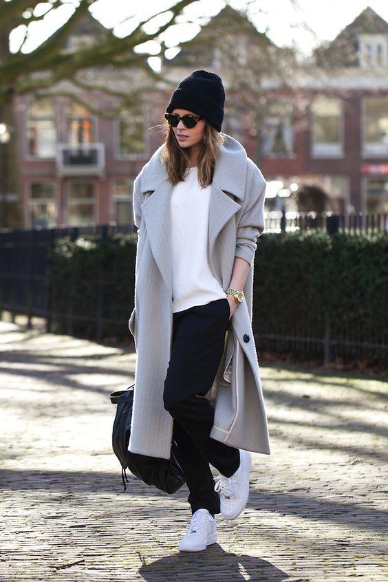 Look do dia, muito clean e confortável casaco comprido cinzento claro, calças pretas. tênis brancos, óculos de sol em massa e gorro preto