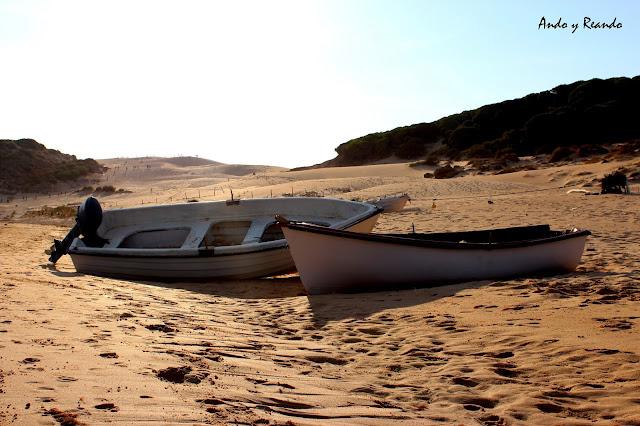 Barcas varadas en la duna de Bolonia