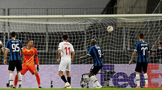 """Bi kịch Lukaku: San bằng thành tích Ronaldo """"béo"""", đá phản làm Inter mất cúp 6"""