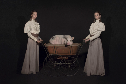 Photo by Tami Bahat - The Nursemaids - 2017 - From the Dramatis Personae series | fotos surrealistas bellas, imagenes chidas de obras de arte contemporaneo en claroscuro inspiradoras
