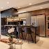 Cozinha corredor contemporânea, preta e amadeirada integrada à sala e lavanderia!