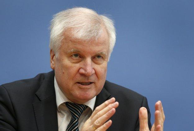 Ζεεχόφερ: Να απελαύνεται όποιος αιτών άσυλο παραβιάζει τον νόμο