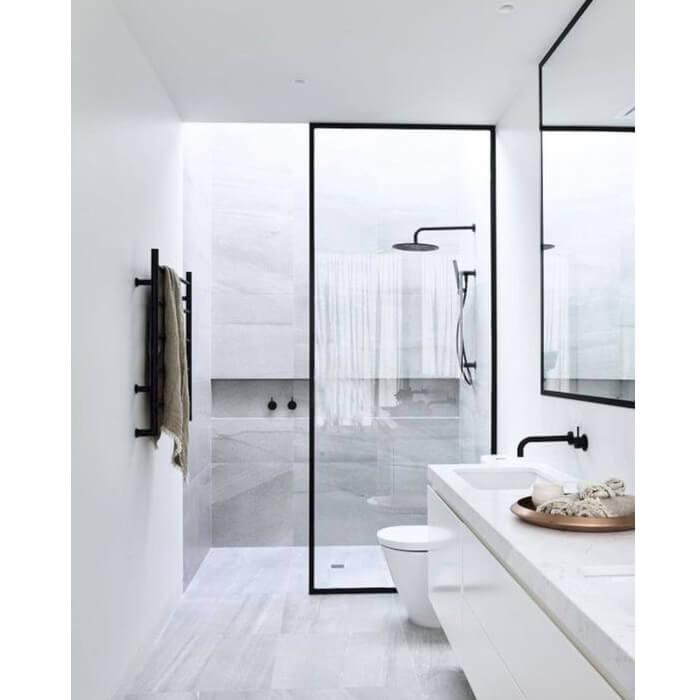 Bagno con doccia in nicchia chiusa con porta walk-in trasparente con telaio nero