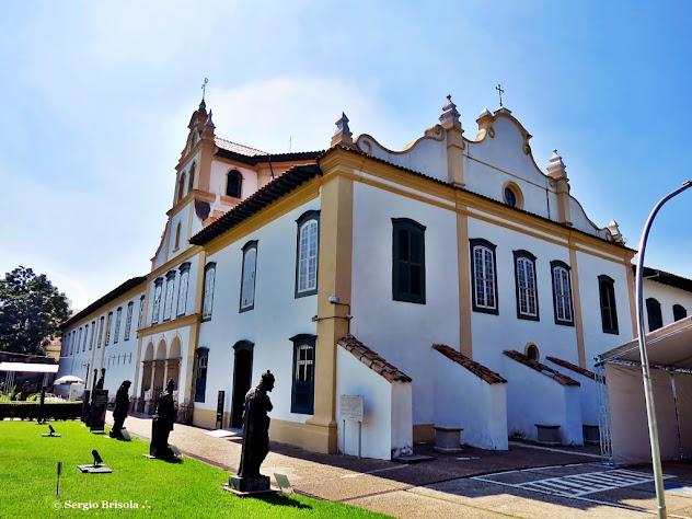 Perspectiva da fachada e lateral do Museu de Arte Sacra de São Paulo - Bairro da Luz