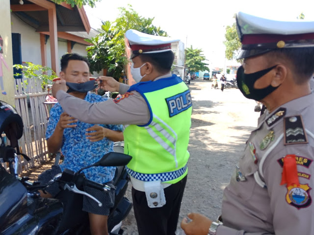 Tak Pakai Masker, Puluhan Pengunjung Pasar TPI Bonehalang Mendapat Teguran Petugas