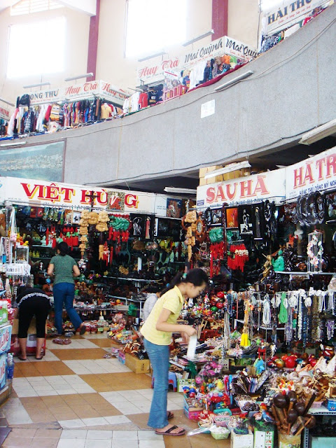 Explore Vietnam culture through 5 most famous old markets in Vietnam 2