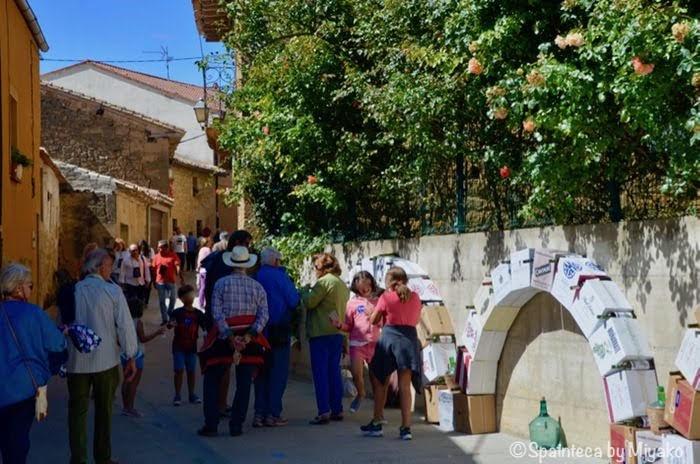 スペイン・リオハのワイン祭りで楽しむ人々