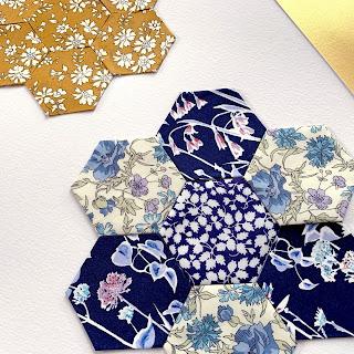 Her er der brugt sekskanter til Liberty patchwork billedet