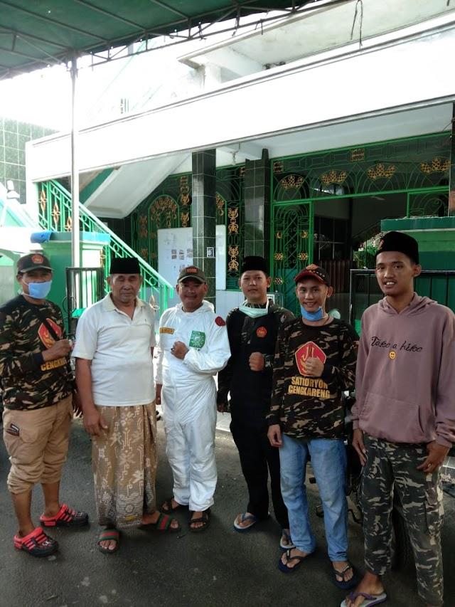 LPBI NU Jakbar dan Banser Cengkareng Lakukan Penyemprotan Disinfektan di Masjid untuk Cegah Covid-19