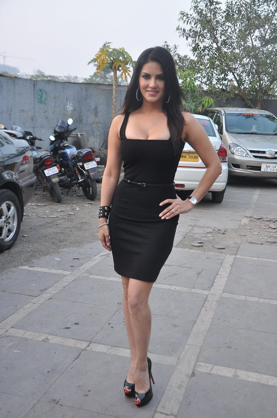 Sexy240 Hot And Sexy Sunny Leone In Black Dress Non Nude -7393