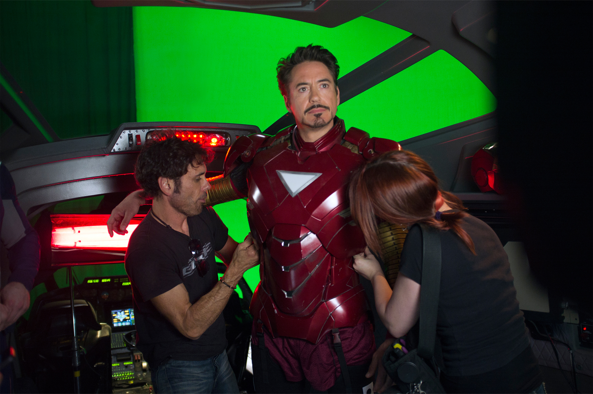 10 Years of Iron Man Suiting Up Compilation : マーベルの10年間の集大成の「アベンジャーズ : エンドゲーム」の公開に向けて、アイアンマンのアーマーの進化を振り返った約7分半の装着シーンのコンピレーション・ビデオ ! !