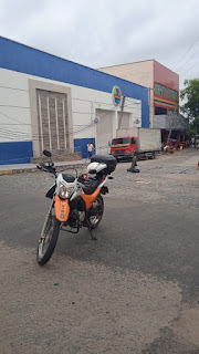 Caminhão arrasta fios e danifica postes no Centro de Quixeramobim