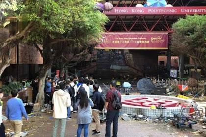 Polisi Memblokir Kampus Universitas Politeknik Yang Ditempati Oleh Para Demonstran