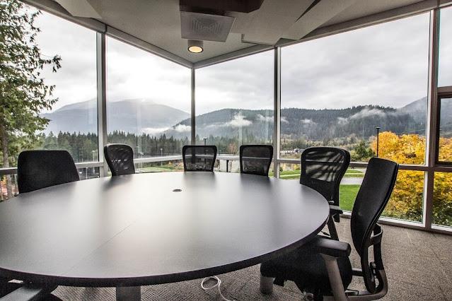 Chọn hình dáng bàn họp tròn cho những cuộc họp thoải mái trao đổi ý kiến