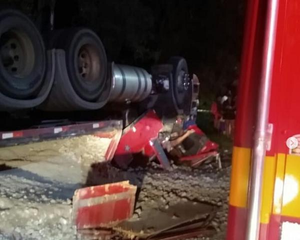 Caminhoneiro morre após carreta tombar na MG-335 em Ijaci