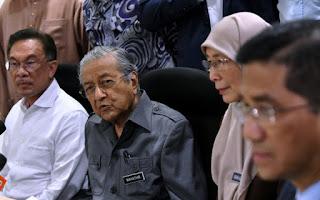 Dr M berucap di mesyuarat PKR ketika masa depan Azmin jadi persoalan