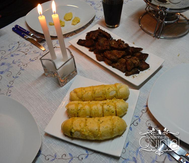 Pedacinhos de carne bem fritinhos e pão de alho, em pratos da JO Decor.