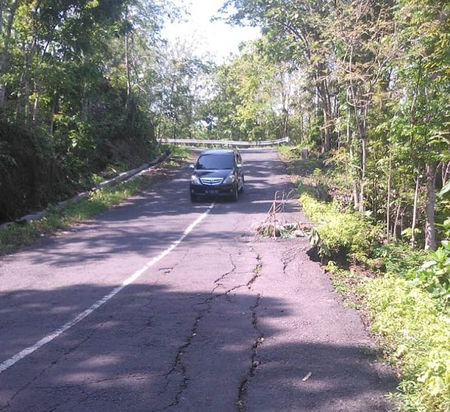 Jalan Jurangjero ke desa Tancep Rusak Berat
