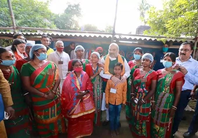 केंद्रीय गृह मंत्री अमित शाह ने चतुरवी गांव में आदिवासी परिवार के साथ दोपहर का भोजन किया..