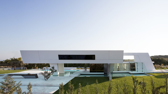 Pictuer of side facade of modern home