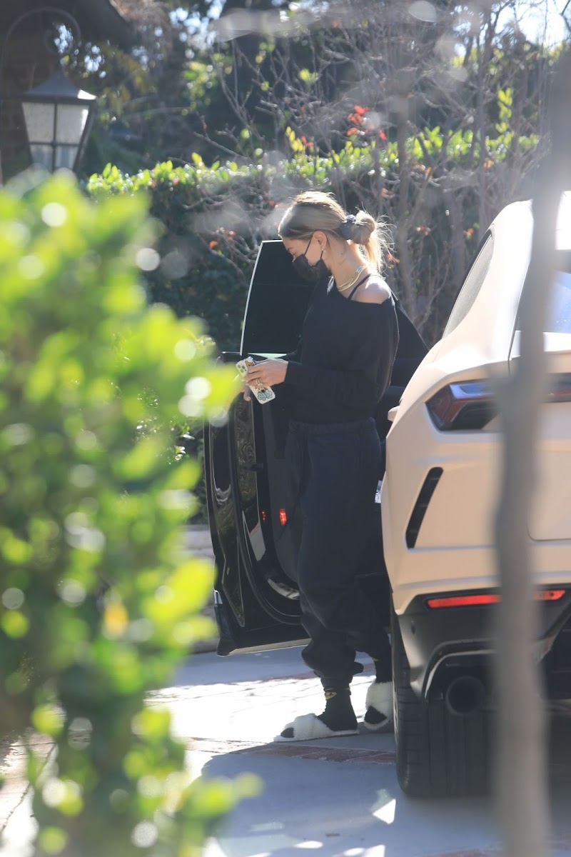 Hailey Bieber Clicks at a Pilates Class in Los Angeles  18 Dec-2020