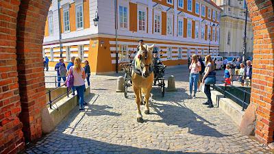Für ermüdete Besucher stehen Pferdekutschen (dorozki) zu Rundfahrten bereit.
