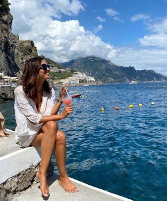 foto Caterina Balivo Amalfi piedi scalzi oggi 16 luglio