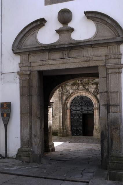 portal estilo barroco de uma igreja