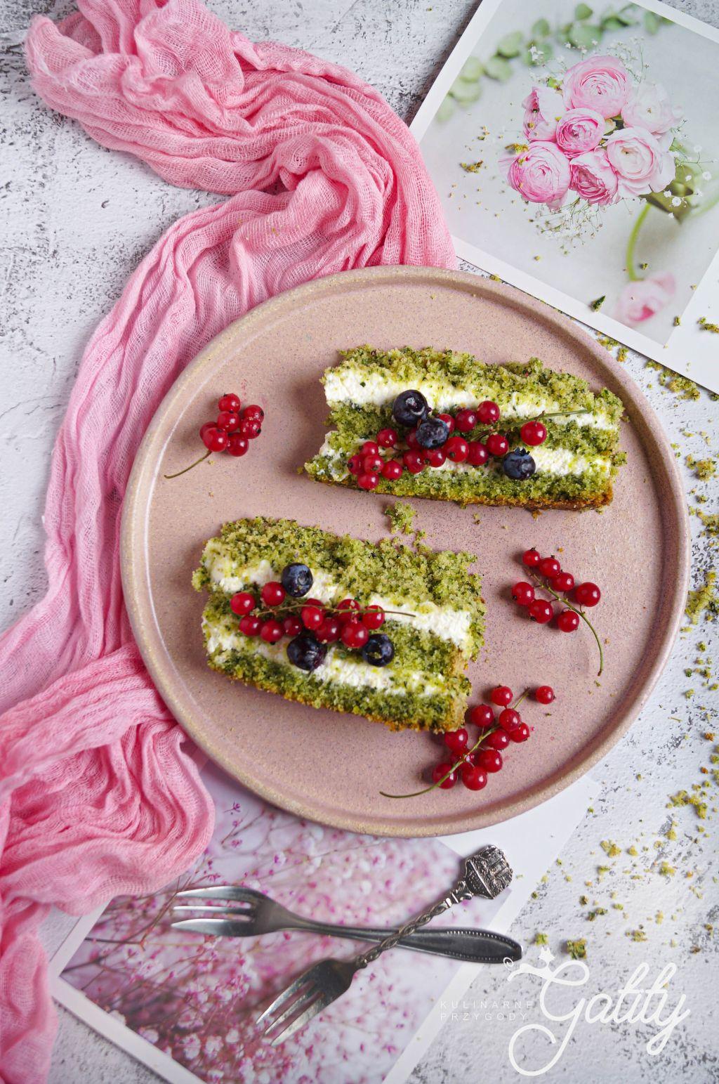 zielone-ciasto-z-czerwonymi-owocami