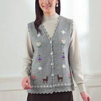 ニットが暖かい理由 アルパカのセーターを温かそうに着ている女性