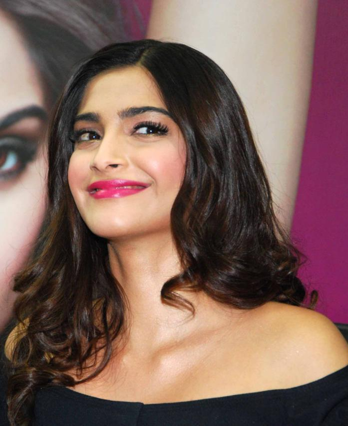 Bollytter Sonam Kapoor Hot in Black Dress
