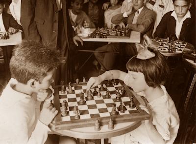 Jovencitos jugando al ajedrez en 1943