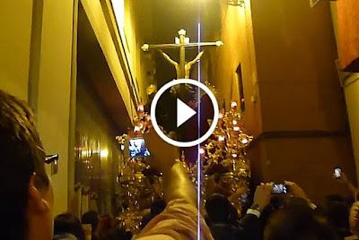 Cristo de la Lanzada por estrechez de calle cervantes el miercoles santo en la semana santa de sevilla del año 2014 siendo acompañado por la banda de cornetas y tambores tres caidas de triana