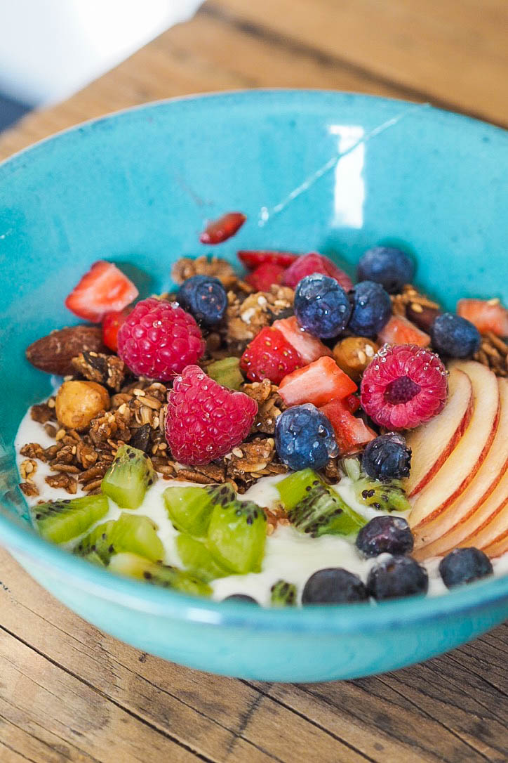Granola, yoghurt and fresh fruit in a bowl