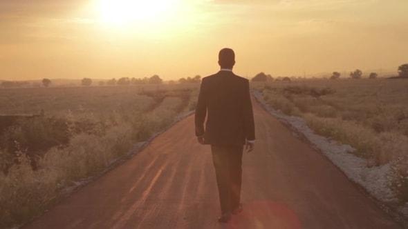 لقطات للمونتاج | رجل يمشي مع ظل الشمس