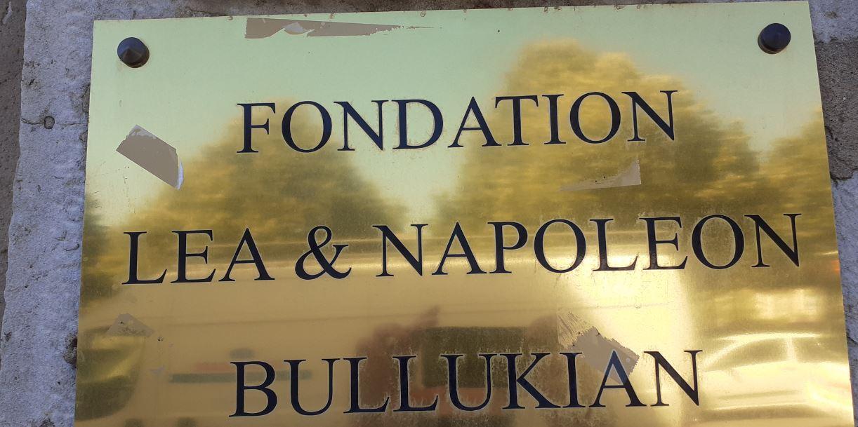 Plaque devant le bâtiment de la Fondation LEA & NAPOLEON BULLUKIAN