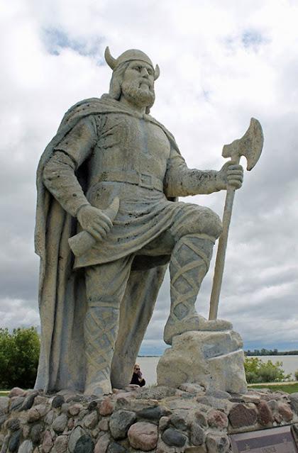 Uma estátua de Leif Eriksson no assentamento Qassiarsuk, casa de Erik, o Vermelho, na Groenlândia