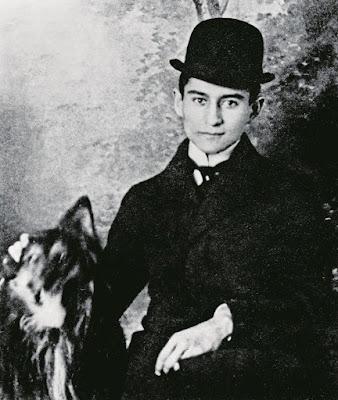 Φωτογραφία του Κάφκα με καπέλο και σκύλο