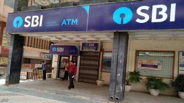 SBI ने आपकी बचत पर चलाई कैंची, करोड़ों ग्राहकों को लगेगा झटका