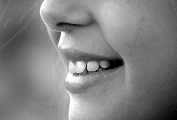 1 gambar orang tersenyum