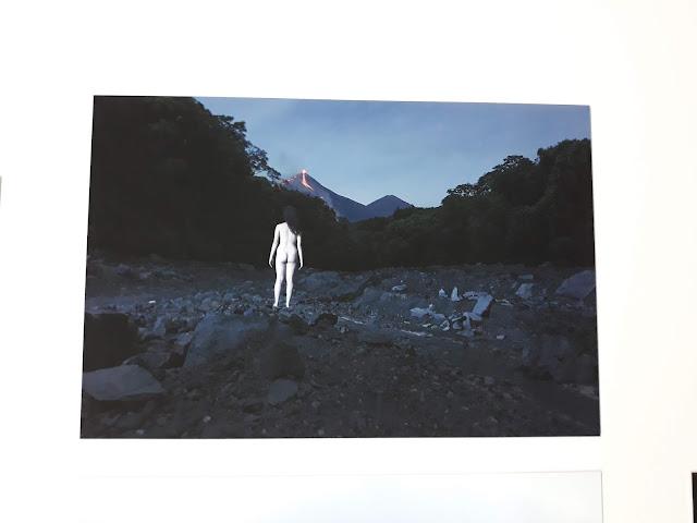 Mujer viendo al volcán (obra GuatePhoto)