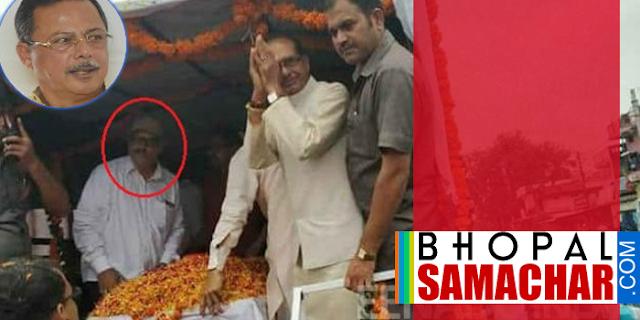 फरार रेत माफिया सीएम शिवराज सिंह के साथ दिखा | MP NEWS