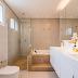 Banheiro bege e branco com banheira e bancada com cuba dupla!