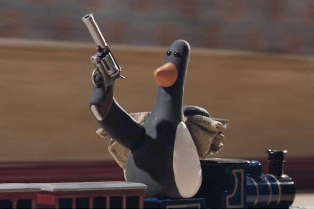 Mengancam Orang Dengan Boneka Penguin
