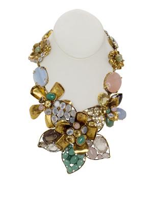 16e901b8add1 Desde 1989 Oscar de la Renta acompaña sus creaciones con sus joyas. El  Museo Metropolitano de Arte de Nueva York realizó una exposición de ellas  en el 2006.