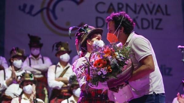 El bello homenaje del mundo del Carnaval a Rocío Hermida y Antonio Cantos 'Caracol'