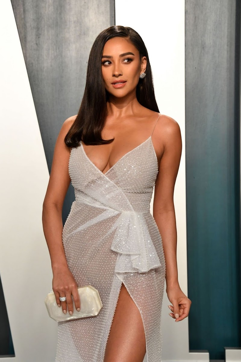 Shay Mitchell Clicks at 2020 Vanity Fair Oscar Party in Beverly Hills 9 Feb-2020