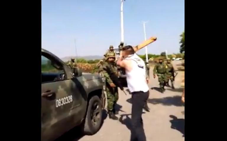 Video: Con palos, civiles agreden a militares en Múgica ante la impotencia de no poder defenderse