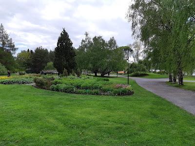 Puita ja vehreitä kukkapenkkejä Hatanpään Arboretumissa